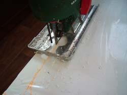 Découpage de l'altuglass à la scie sauteuse